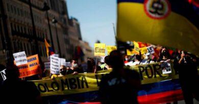 Realizan protesta artística en Madrid contra Iván Duque